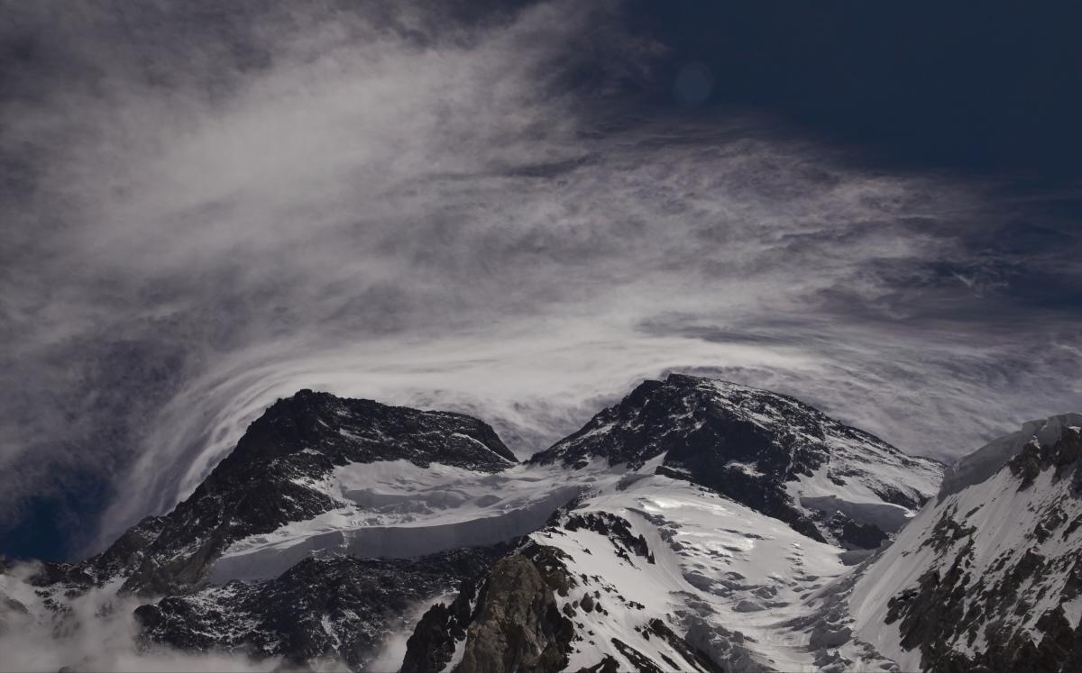 Blick vom Basislager auf Sturmwolken über den Broad Peak.