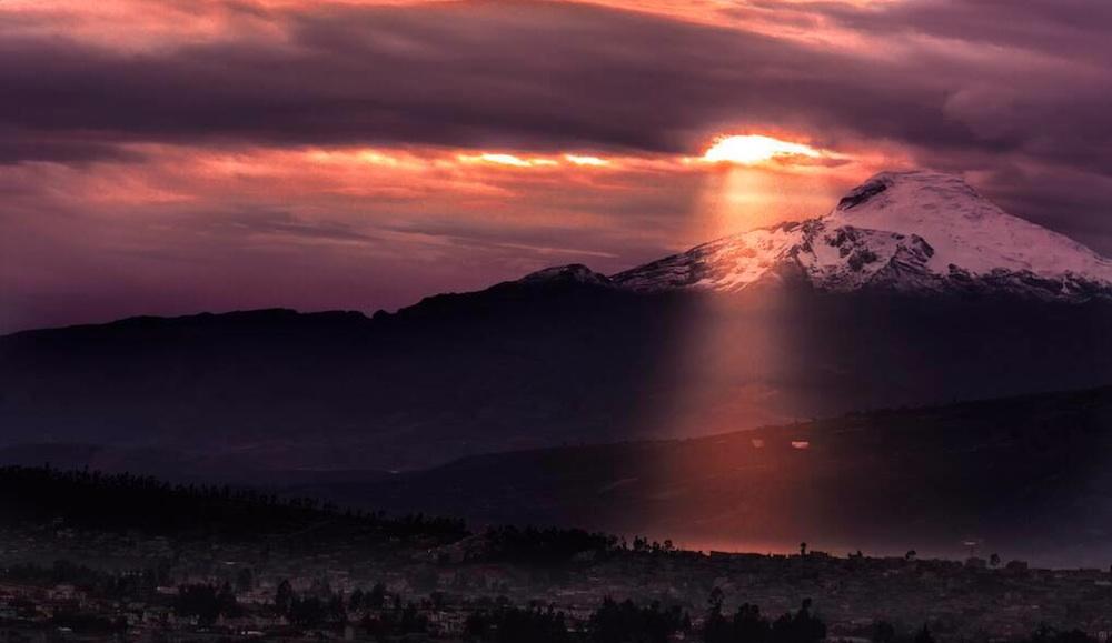 Vulkan Cayambe in Ecuador über der Stadt Quito