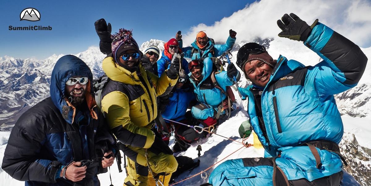 SummitClimb Team am Gipfel des Baruntse, 7000m-Berg in Nepal