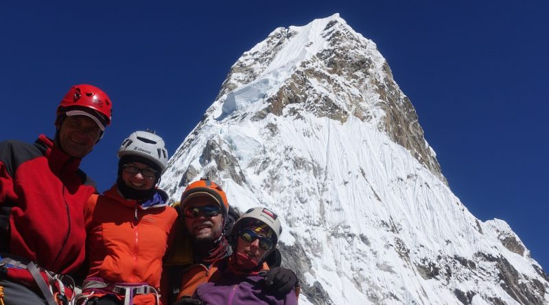 Ama Dablam: Bergsteiger vor der Ama Dablam nach dem Gipfelerfolg