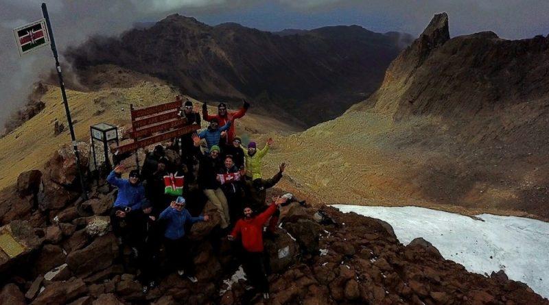 SummitClimb Team am Gipfel des Point Lenana.