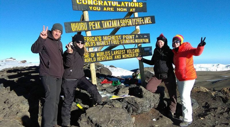Vier Teilnehmer des SummitClimb Team auf dem Kilimandscharo Gipfel - 3. Feb. 2018