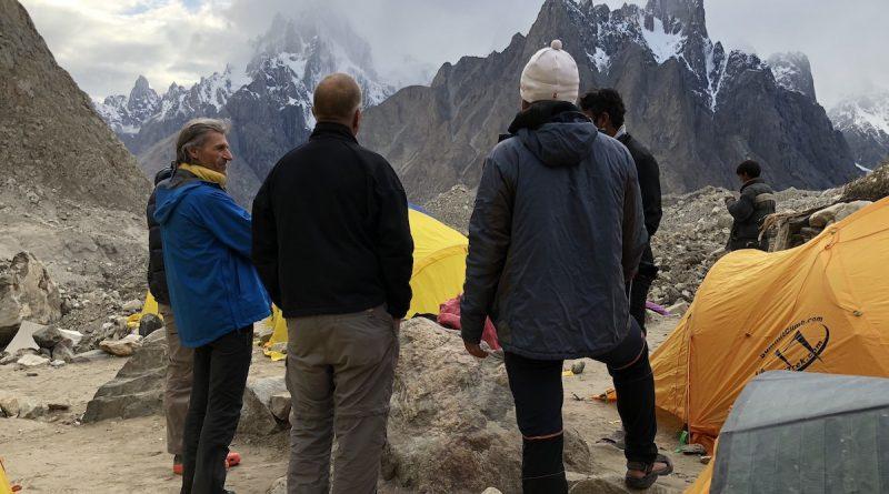 Paiju und Uli Biaho ragen in die Wolken, Baltoro Gletscher, Pakistan.