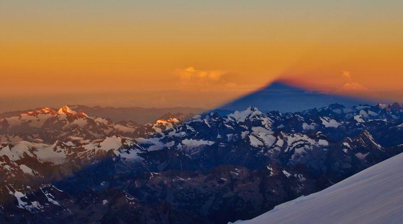 Elbrus Sonnenaufgang bei der Besteigung. Schatten des Elbrus über den Kaukasus.