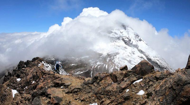 Ecuador Illiniza Besteiger - Illiniza Sud im Hintergrund, Berge, Himmel, Wolken