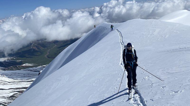Skibergsteiger auf dem Grat der Royal Traverse am Lenin Peak