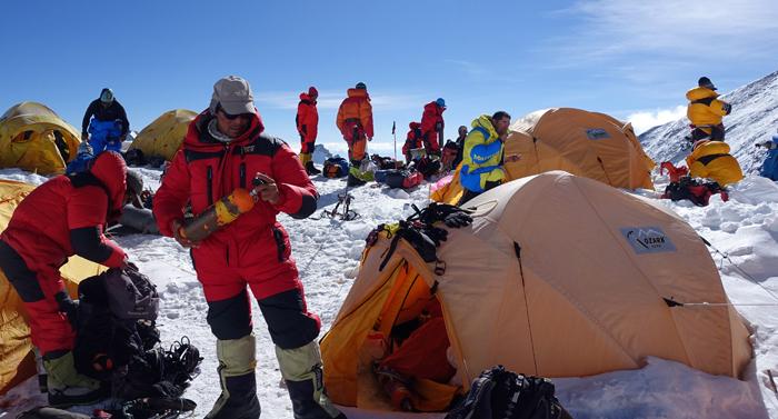 Everest-Nord-Tenji-Sherpa-checking-oxygen-bottles-at-Northcol (c) Hubert Klaus